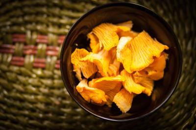 Mushrooms chanterelle in a black bowl