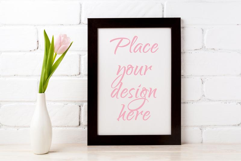 Free Black brown frame mockup with soft pink tulip in elegant vase (PSD Mockups)