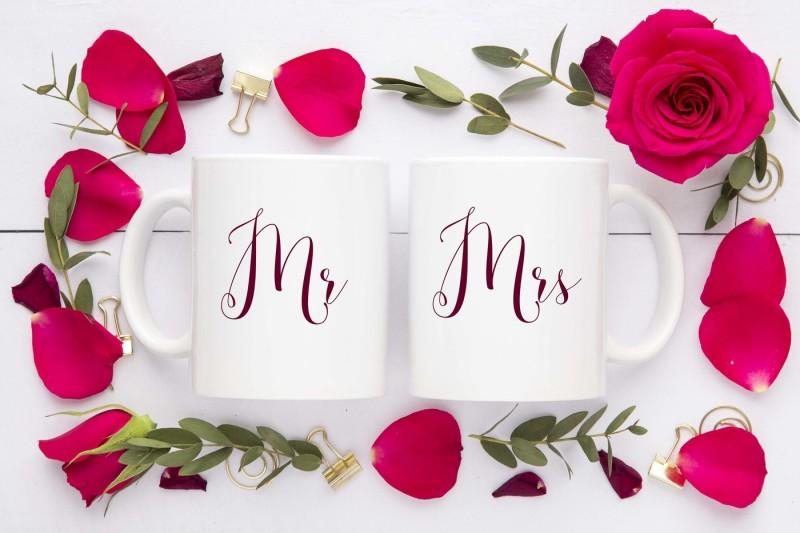 double-mug-mockup-red-roses