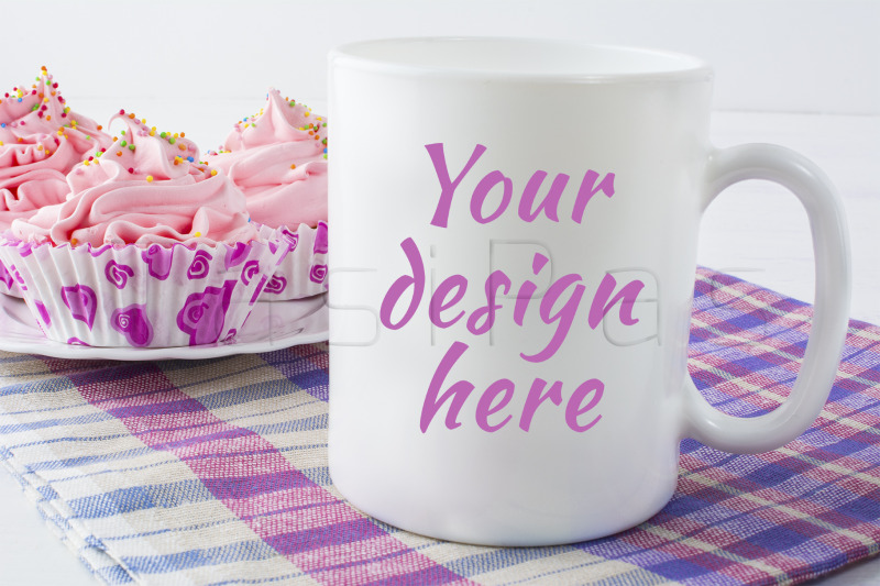 Free Coffee mug mockup with checkered napkin (PSD Mockups)