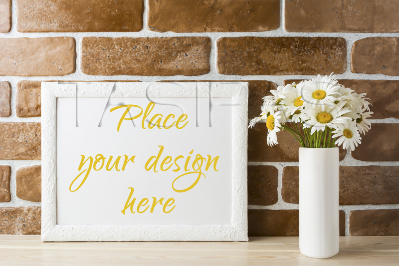 Free White landscape frame mockup with daisy bouquet in styled vase. (PSD Mockups)
