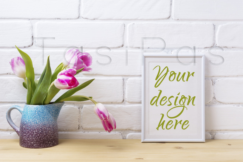 Free White small frame mockup with pink tulip in purple blue vase (PSD Mockups)