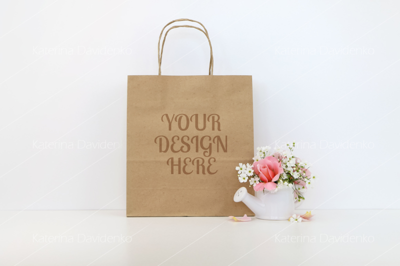 Free Craft paper bag mockup with flowers (PSD Mockups)
