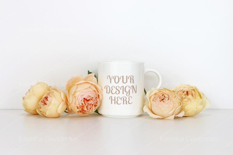 Free White coffee mug mockup with roses. Blank mug mock up for design (PSD Mockups)