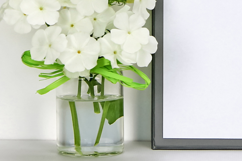 clipboard-mockup-with-white-flowers