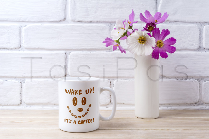 Free White coffee mug mockup with white and pink daisy (PSD Mockups)