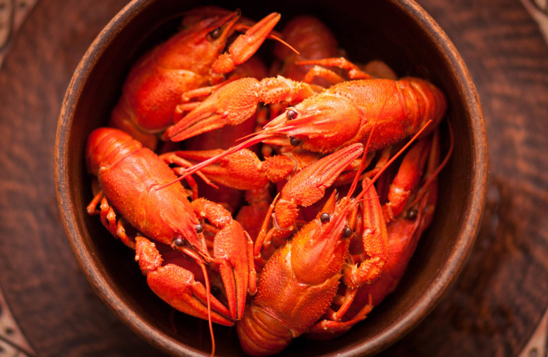 boiled-crawfish-in-a-brown-clay-bowl