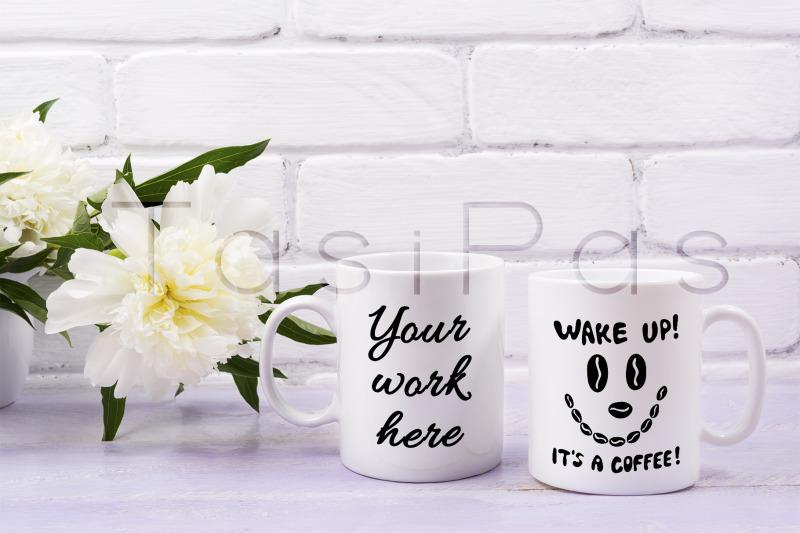Free Two coffee mug mockup with ivory peony flower (PSD Mockups)