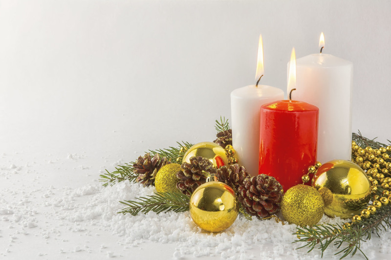 burning-candles-in-snow