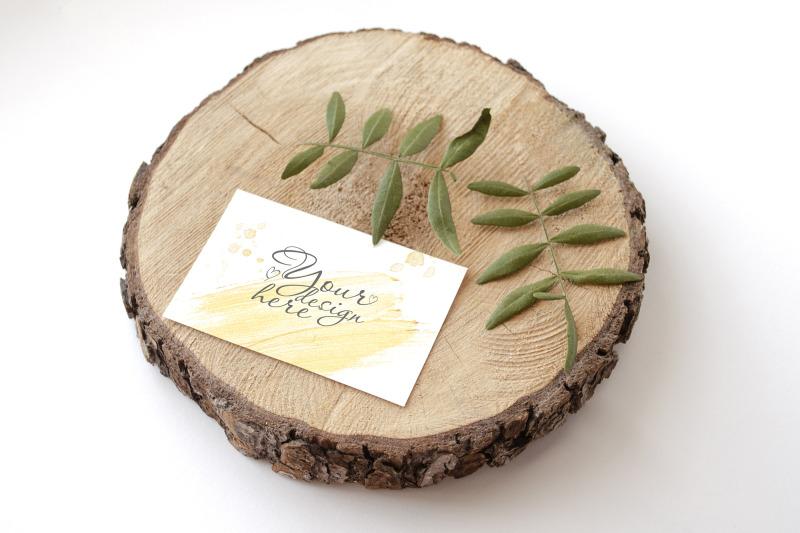 Free Stationery Mockup Card on wood (PSD Mockups)