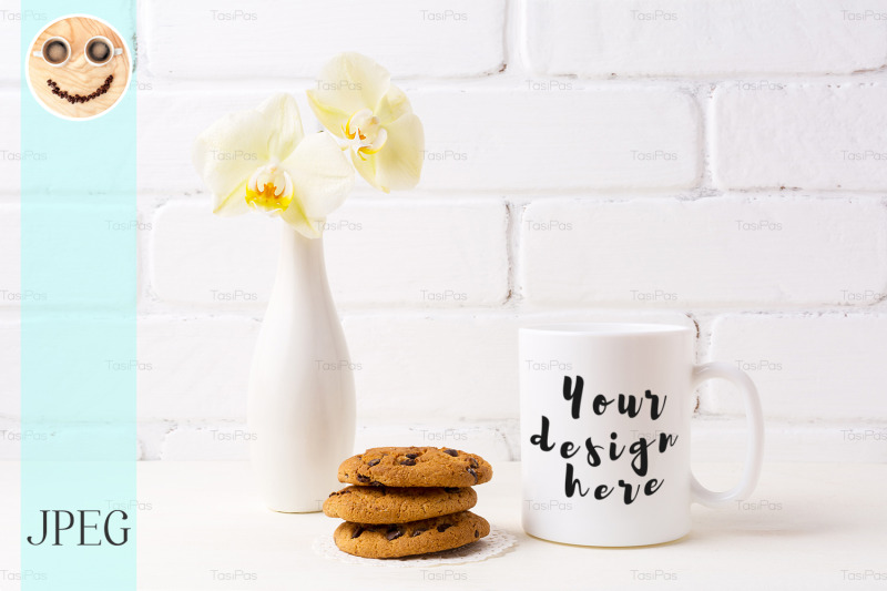 Free White coffee mug mockup with soft yellow orchid in vase and cookies (PSD Mockups)