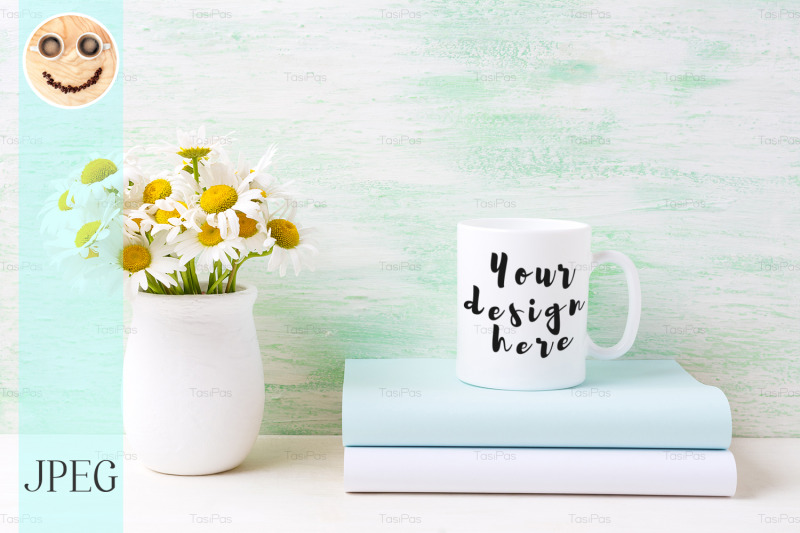 Free White coffee mug mockup with white field chamomile bouquet in handmade (PSD Mockups)