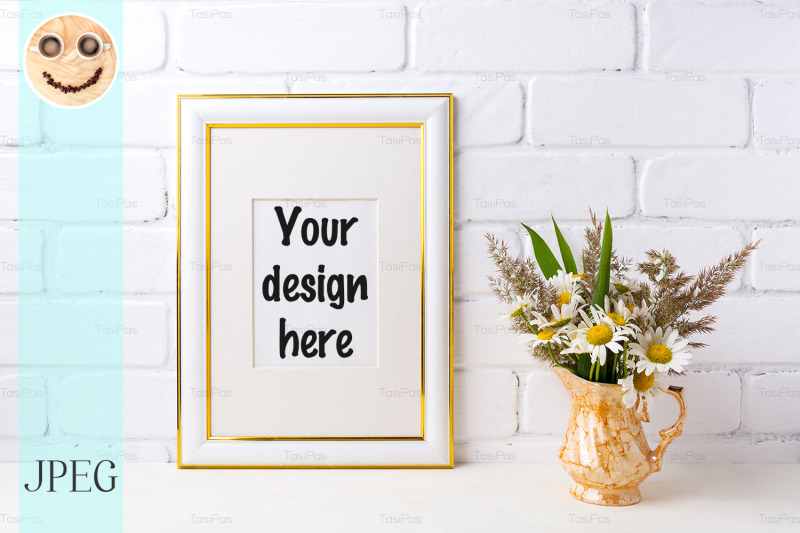 Free Gold decorated frame mockup with chamomile and grass in golden vase (PSD Mockups)