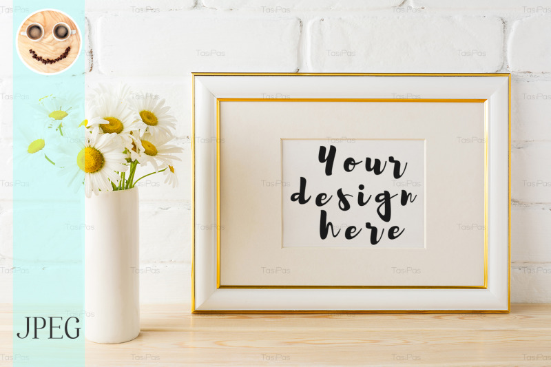 Free Gold decorated landscape frame mockup with daisy flower in vase (PSD Mockups)