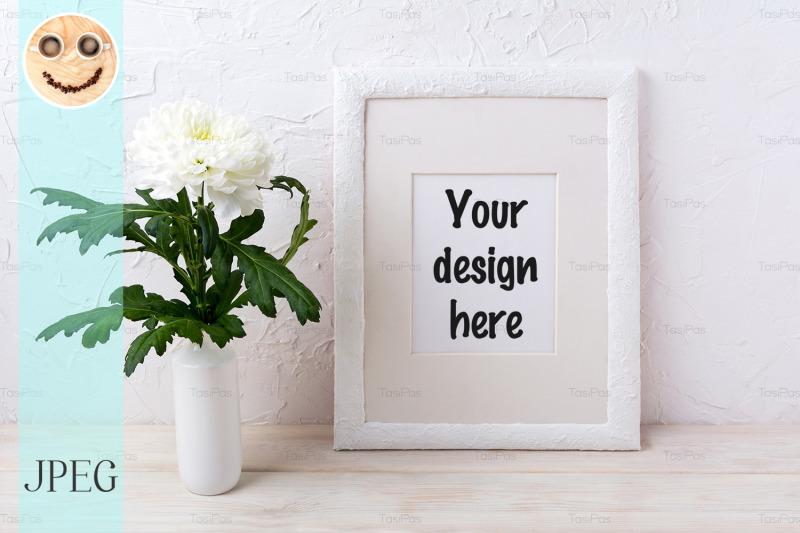 Free White frame mockup with chrysanthemum in vase (PSD Mockups)