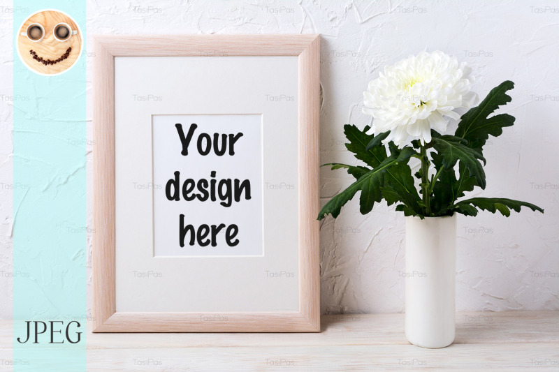 Free Wooden frame mockup with white chrysanthemum in vase (PSD Mockups)