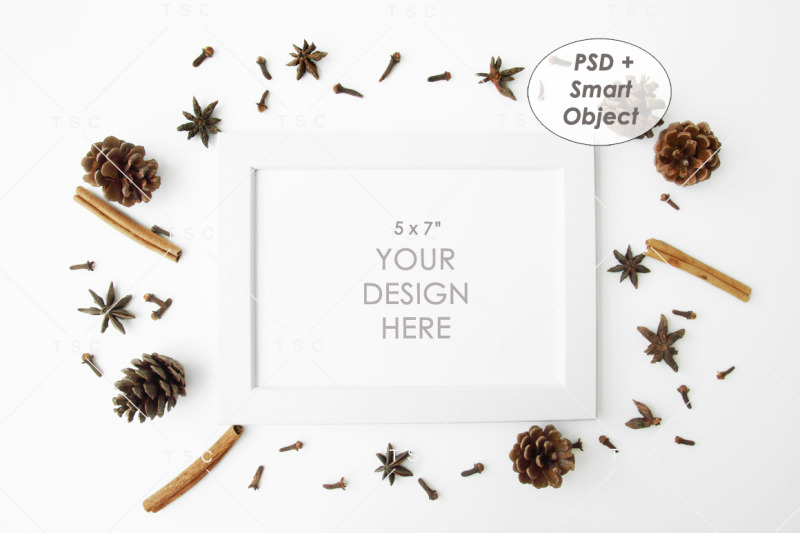 Free Border made of petals, white background, flatlay, copy space, top view (PSD Mockups)