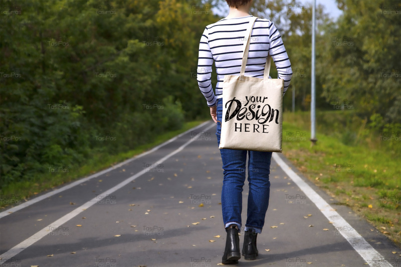 woman-in-white-striped-t-shirt-holding-tote-bag-mockup