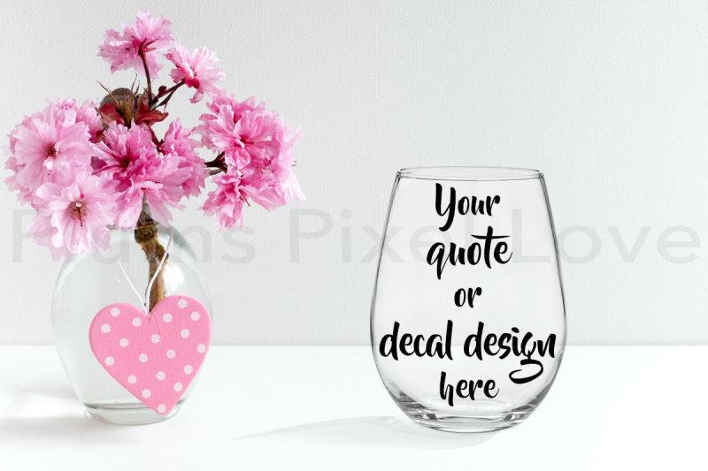 Free Pretty styled stemless wine glass mockup (PSD Mockups)