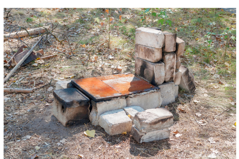improvised-oven-made-of-brick-and-iron-for-cooking-in-extreme-conditions-two-files-a-jpeg-300-dpi