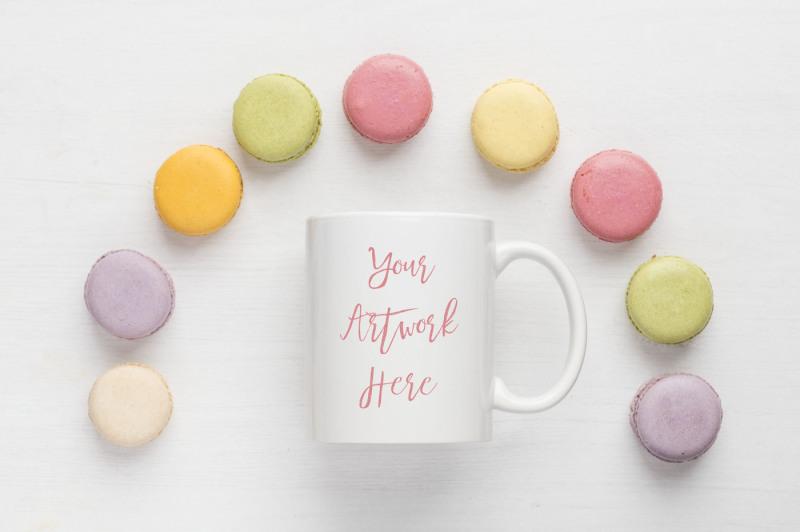 Free Pastel macaroons mug mockup (PSD Mockups)