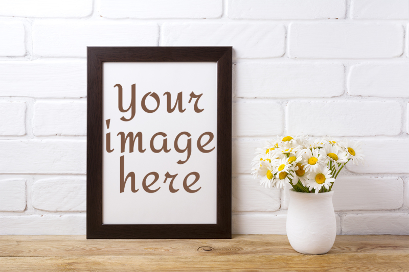 Free Black brown frame mockup with chamomile bouquet in rustic vase. (PSD Mockups)